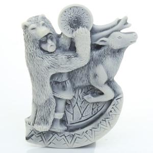 Шаман в шкуре медведя с бубном и олень (барельеф) / магнит
