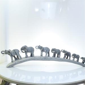 Семь слонов, идущие по мосту