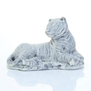 Тигрица лежащая
