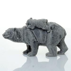 Медведица с медвежонком идет