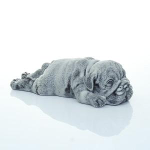 Щенок лежит на пузе